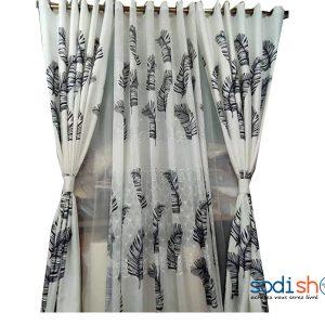 rideau accroché en voilage imprimé avec des motifs plume